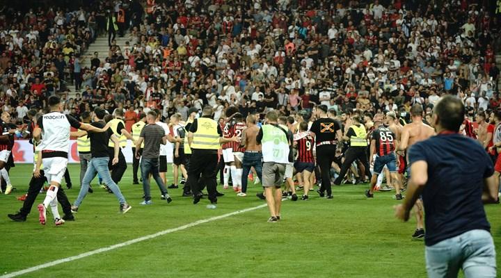 Ligue 1'de olaylı maç: Taraftarlar sahaya girdi, karşılaşma durduruldu