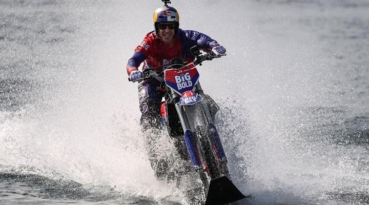 Motosikletiyle su üzerinde İstanbul Boğazı'nı geçti